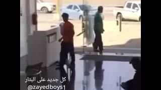 – بالفيديو..لحظة اقتحام مواطن غاضب  فرع شركة اتصالات بساطور