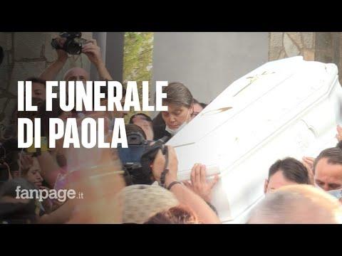 """Caivano, folla ai funerali di Paola. Gli amici in lacrime: """"Si amavano davvero"""""""