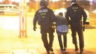 Polizist schlägt Gegendemonstrant in Chemnitz nieder (lange Version)