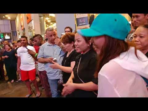 Ada Chinese bagi flying kiss 😘 Kat Bob...
