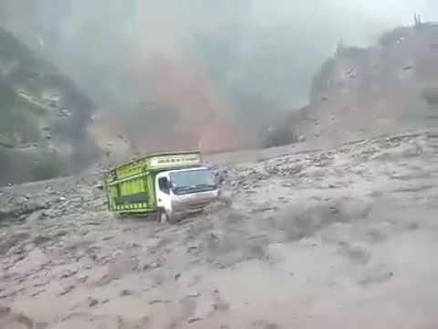Nuevo Huayco arrastra camión cargado de cosecha en Cajatambo, Lima