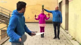 Опасный трюк с ножами и ракеткой для настольного теннис
