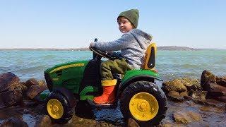 Лёва Весело играет со слаймом и ездит на большом зелёным тракторе