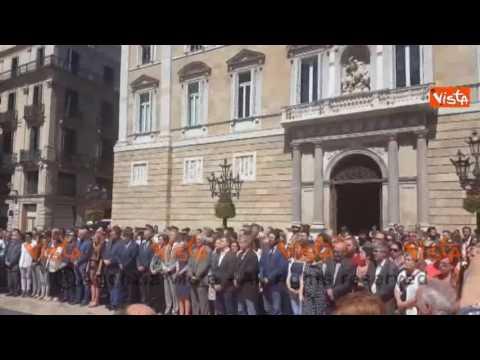 Barcellona, minuto silenzio per vittime Nizza alla presenza del sindaco Ada Colau, le immagini #t