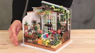 All different materials (wood, fabric, paper, plastic and metal) need to assemble and decorate a room in miniature. Everything in the best quality with great details ...