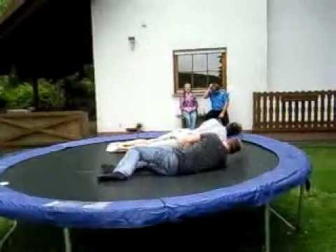trampolin zwei gro e kinder youtube. Black Bedroom Furniture Sets. Home Design Ideas