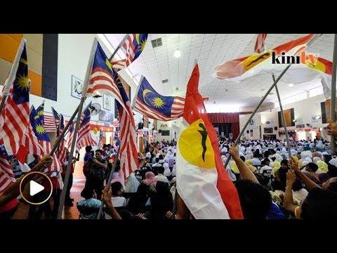 Pelajar Sekolah menyanyi, kibar bendera UMNO