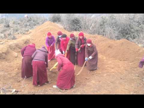Tibetan nuns rebuilding homes post Nepal 2015 earthquake