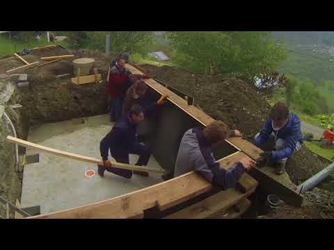 Piscine ossature bois en auto construction youtube for Construction piscine desjoyaux youtube