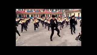 ТАНЕЦ старика ВЗОРВАЛ интернет, китайские школьники танцуют с директором. mind blow school dance