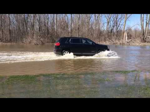 People drive through flooded Saginaw Township intersection despite warnings