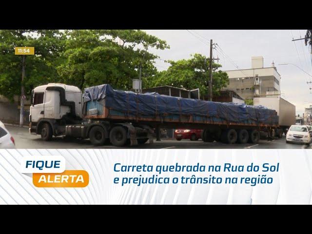 Carreta quebrada na Rua do Sol e prejudica o trânsito na região