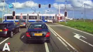 Dashcambeelden: auto rijdt door rood en knalt op tram 26 in Amsterdam
