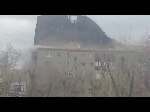 Крыши с нескольких многоэтажек сорвал ветер в Кокшетау1