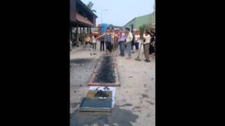 Đi chân trần trên than củi hồng gần 500 độ C