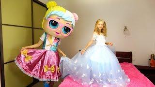 Polina va a ir al baile de princesas. La muñeca LOL elige un vestido bello.