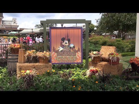 Halloween Decorations at The Magic Kingdom 2015 First Day with Pumpkins, Piano Player Jim