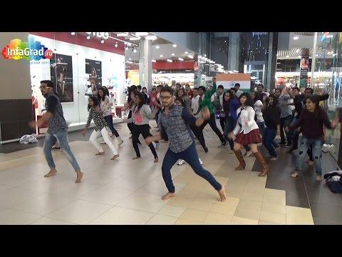 Танцевальный флешмоб в торговом центре Архангельска