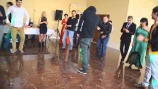 Парень убивает всех своими танцами