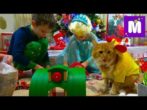 видео: Подарки для Макса на Новый Год 2017 / Кошечка Мурочка в костюме курочки / Подарочки в носках