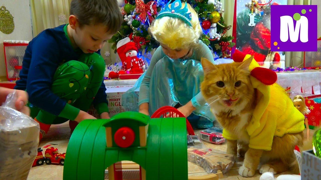 Подарки для Макса на Новый Год 2017 Кошечка Мурочка в костюме курочки и вагон конфет в носках