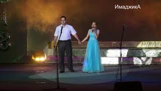 отец и дочь поют красивую песню на выпускном