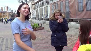 Девчонки отрываются на улице! Поют от души!  Street! Music! Song! Buskers!