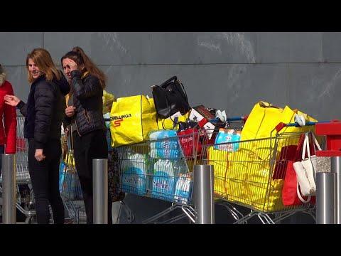 Coronavirus, code al supermercato di Asti: i clienti entrano a turni