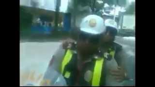 POLICIA HUYE COMO DELINCUENTE TRAS SER GRABADO SUPUESTAMENTE PIDIENDO COIMA A TAXISTA