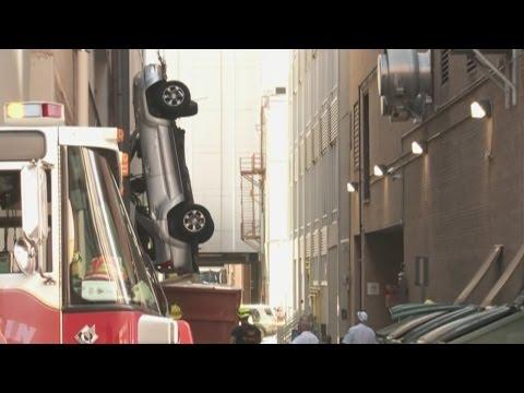 Salió ileso después de que su auto cayera del noveno piso de un estacionamiento