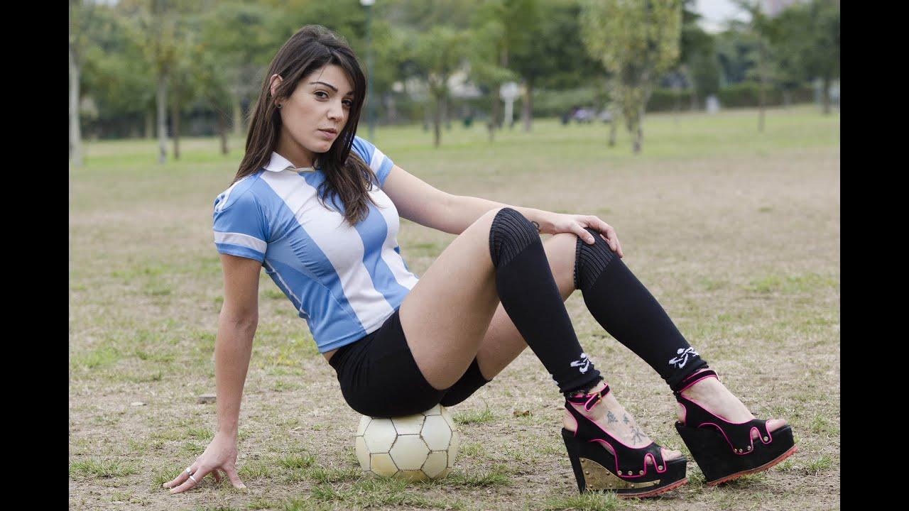 Frau in High Heels trickst mit einem Fussball