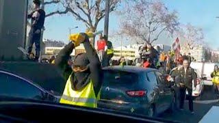 Video aus Streifenwagen: Polizistin bricht nach gewaltsamer Attacke in Tränen aus
