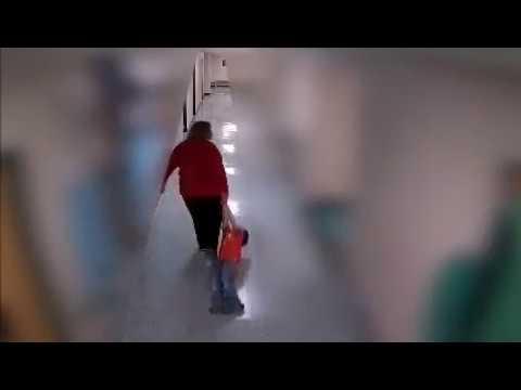 Despiden a una profesora por arrastrar a un niño con autismo por el suelo