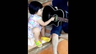 Be 4 tuoi danh guitar
