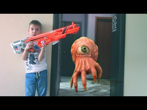 NERF Game Creepy Hand Attacks НЕРФ Игра Гигантская Рука атакует Богдана пока папа на работе