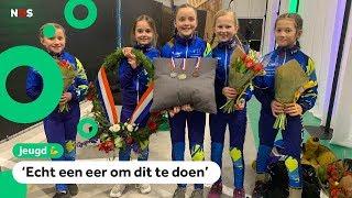 Meiden delen medailles en bloemen uit bij NK Shorttrack