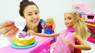 Барби готовит торт на выпускной Штеффи. Видео для девочек