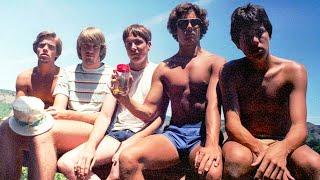 Друзья уже 40 лет делают одну и ту же фотографию каждую пятилетку
