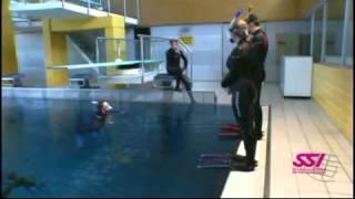 www.diveargos.net SSI Beceriler 4 - Snorkelli Büyük Adım atlayışı ile Suya Giriş.mp4