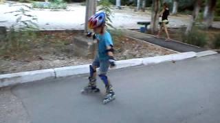 Егор учится кататься на роликах