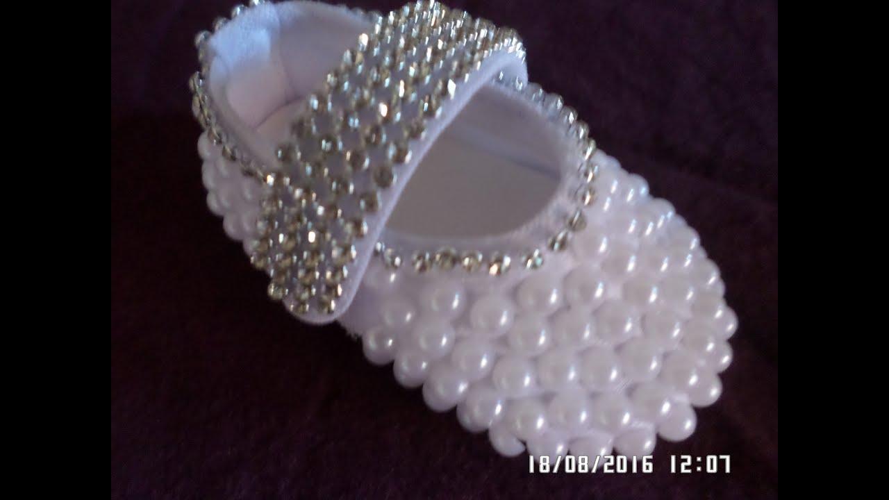 14e4da99f1 Como customizar sapatinho de bebê com perolas e strass passo a passo ...