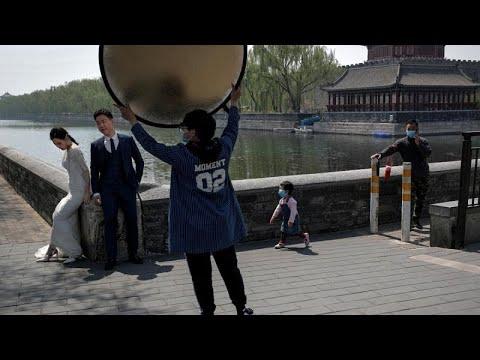 شاهد: الزواج بالصين في زمن كورونا.. الآلاف من الغرباء يحضرون الزفاف في بث مباشر…