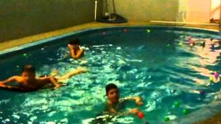 Blbci v bazénu