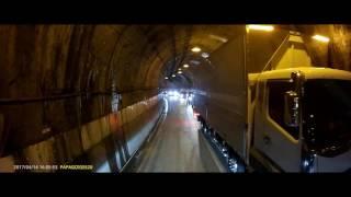大型トラック同士 狭いトンネルでのすれ違い thumbnail