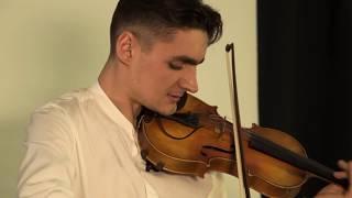 Скрипач играет