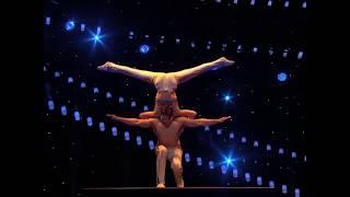Парное акробатическое шоу демонстрирует силу и красоту