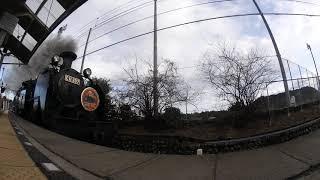勇ましく美しい煙と共に駅に向かうSL大樹  ~東武鉄道・鬼怒川線【大桑駅】 { 広角レンズVer . }