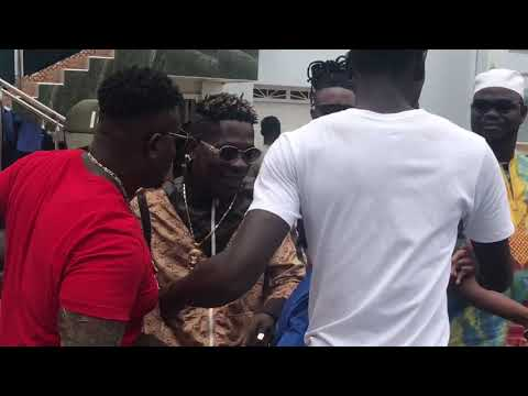 LOOK AT HOW SM FANS MOB SHATTA WALE AFTER HIS INTERVIEW