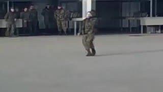Солдат танцует на плацу. Музыка 'TRAP'