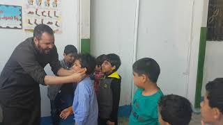 المعلم مصطفى ربيع عبدالفتاح يعلم الوضوء لطلاب الصف الأول بمدارس الرواد الأهلية ببريدة